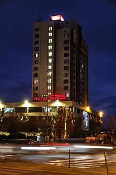 Нощна снимка на сградата на Hotel SPS Пловдив